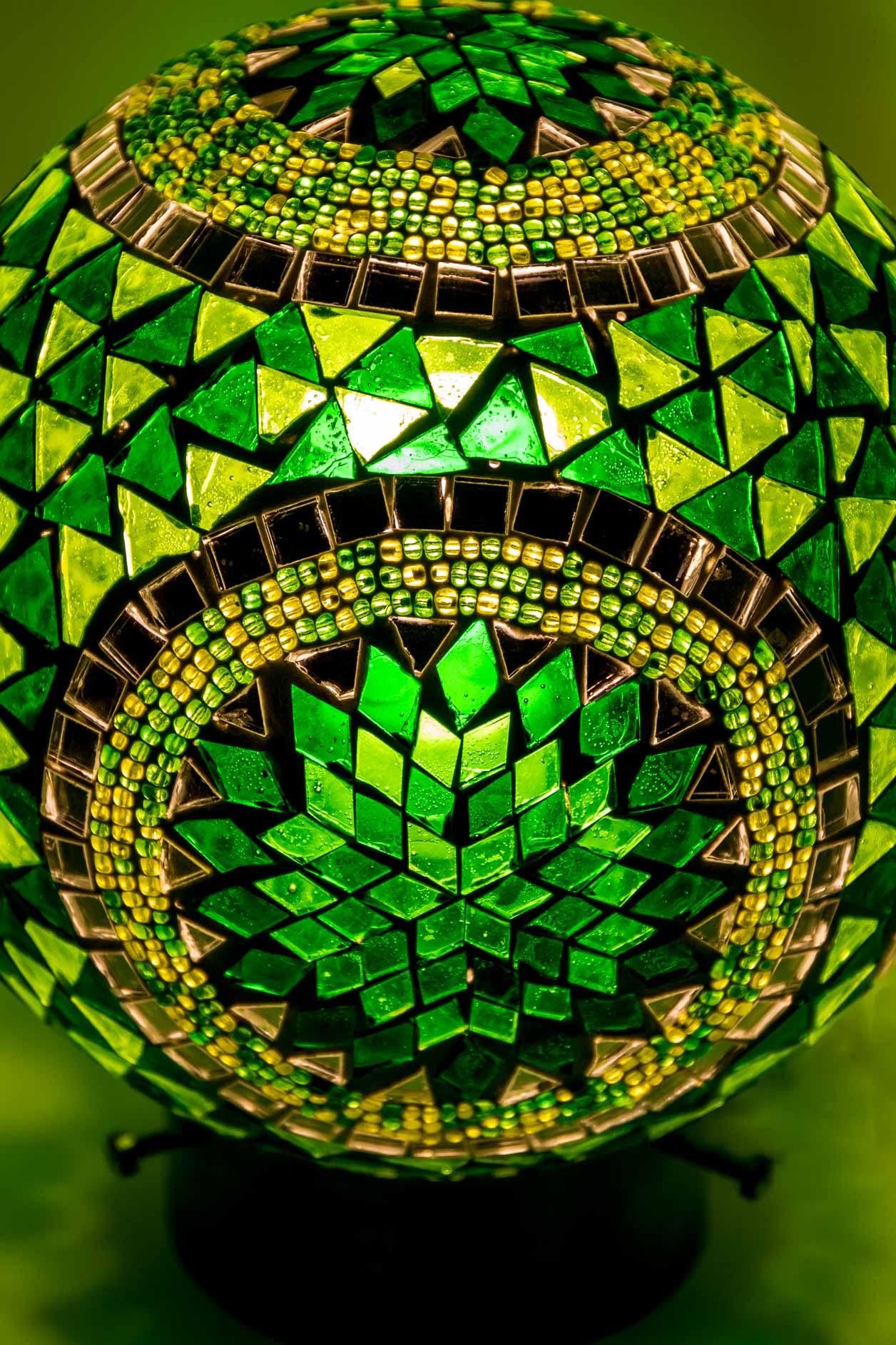 Petite lampe de table boule de mosaïque