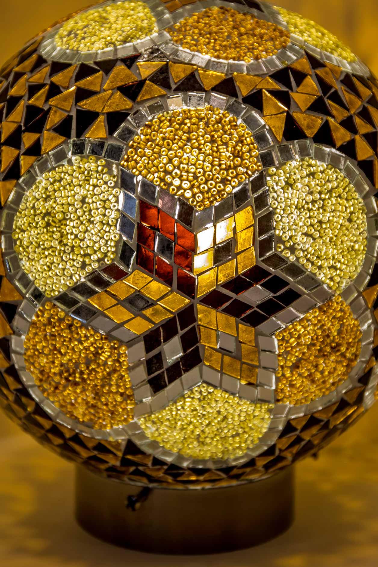 Grande lampe de table boule de mosaïque