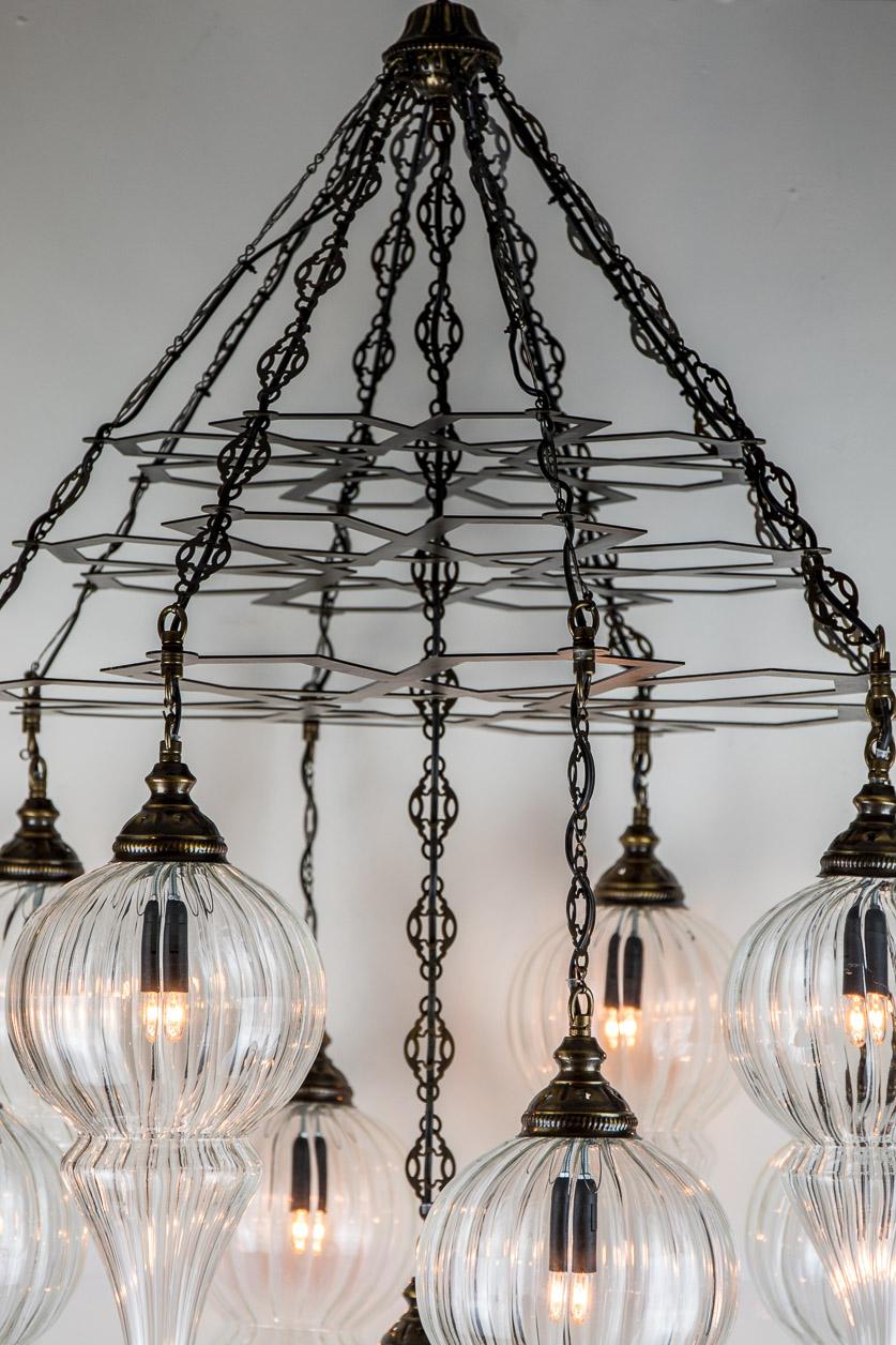 Lampe suspendue à triple base ottomane et 9 globes de pyrex soufflé à pom pom