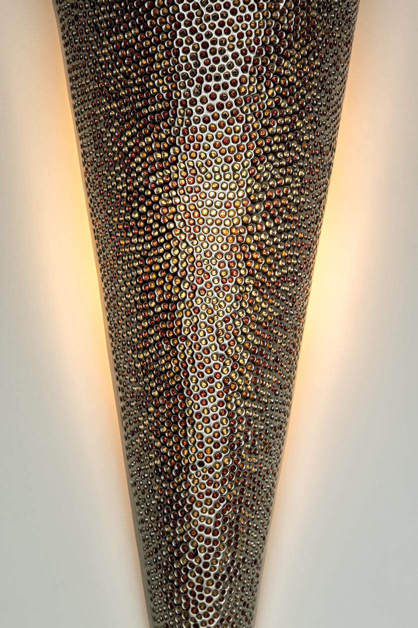 Murale conique avec incrustation de billes de verre oranges