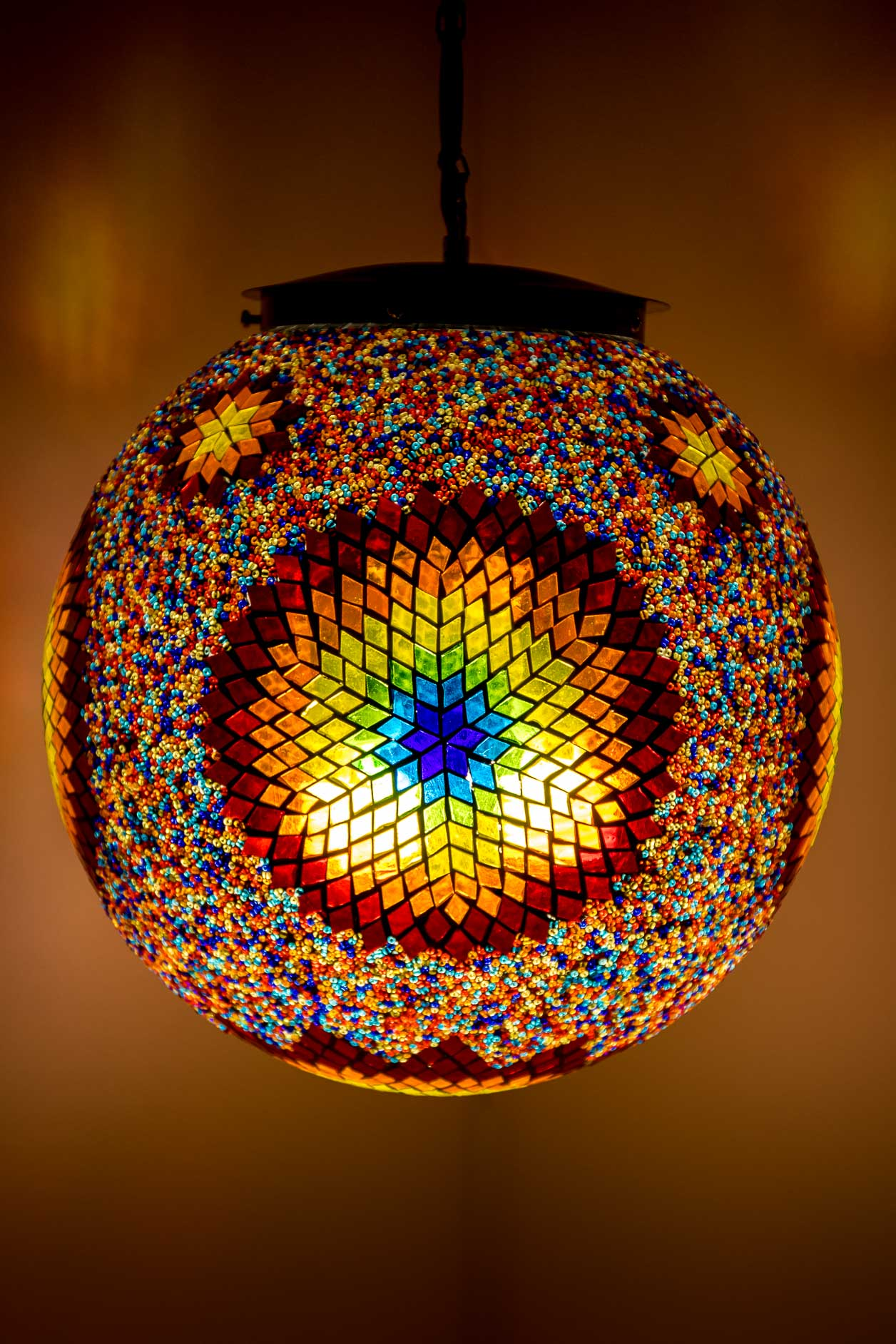 Grande lampe suspendue boule de mosaïque