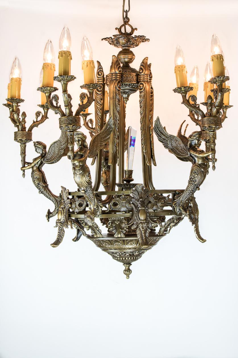 Lustre de style médiéval couleur bronze à 5 sirènes ailées avec cristal central